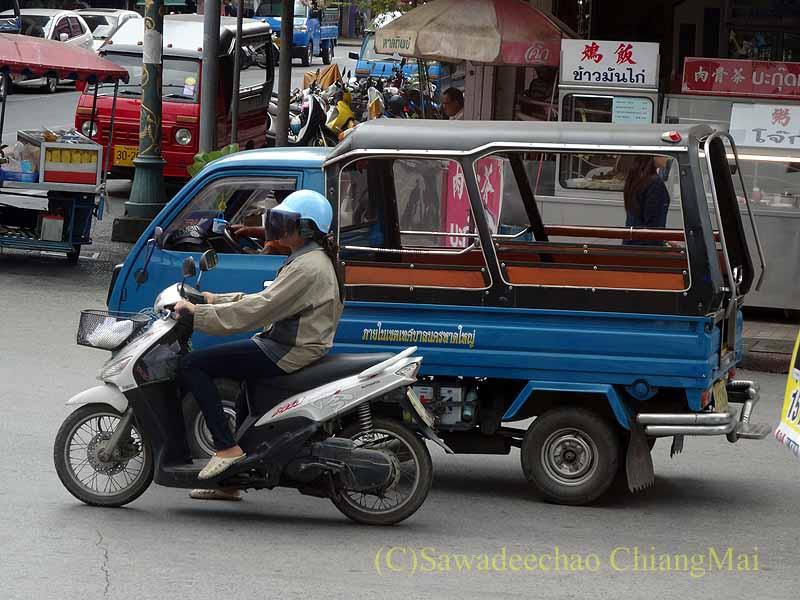 タイ南部の街ハジャイの道路を走る軽トラックタクシー