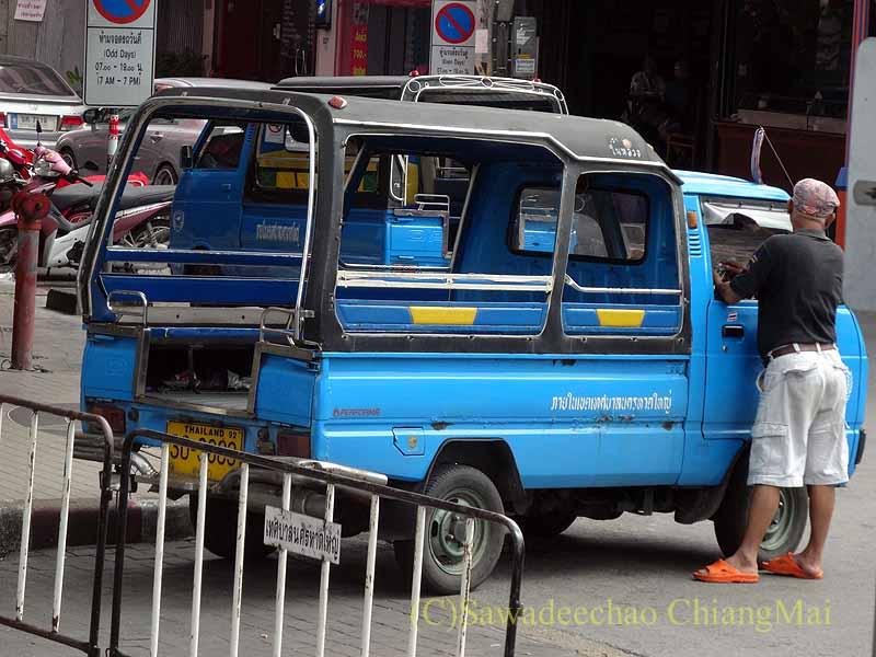 タイ南部の街ハジャイの客待ちしている軽トラックタクシー