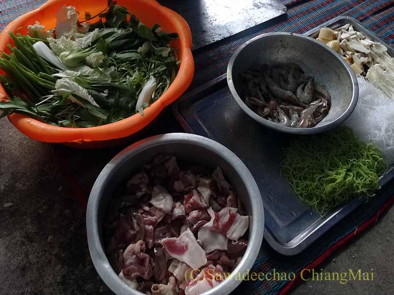 チェンマイのタイ人の家でのムーガタパーティーの材料概観