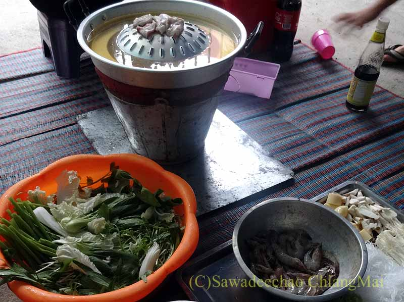チェンマイのタイ人の家でのムーガタパーティー