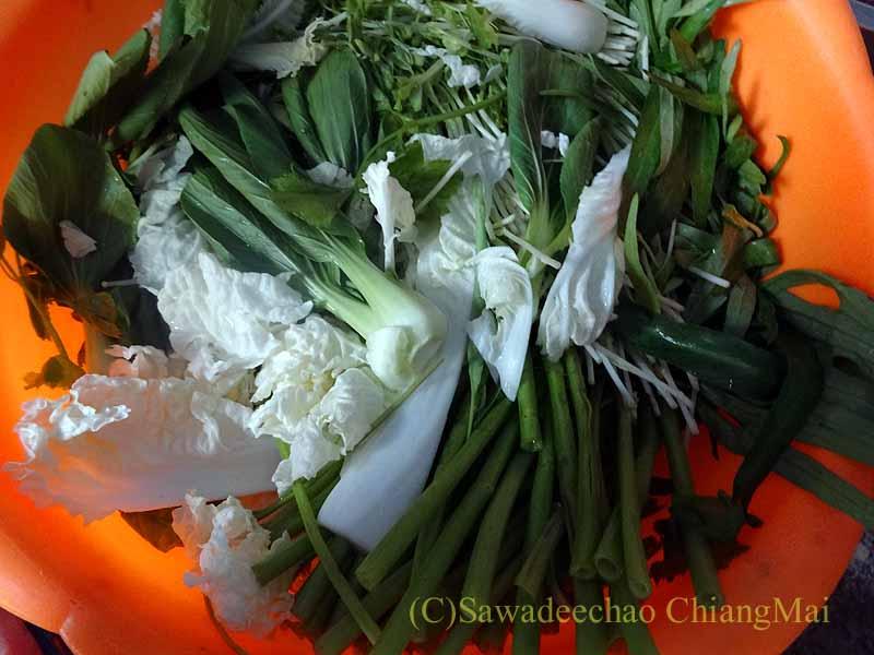 チェンマイのタイ人の家でのムーガタパーティーの野菜類