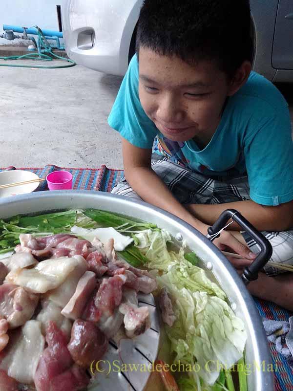 チェンマイのタイ人の家でのムーガタパーティーの子供