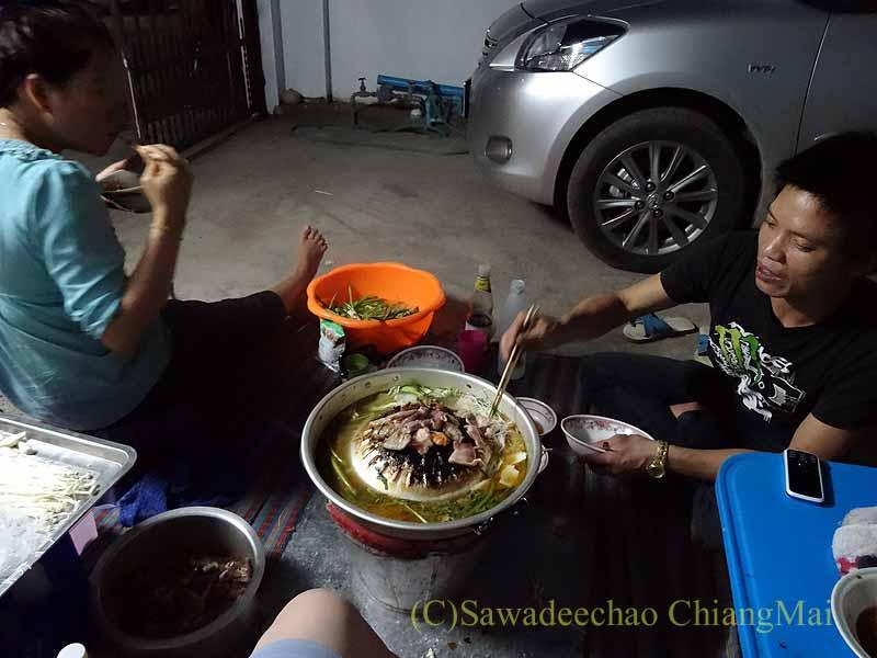 チェンマイのタイ人の家でのムーガタパーティーの参加者