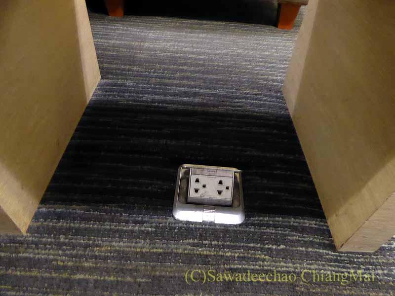 スワンナプーム空港のチャイナエアラインラウンジの電源コンセント