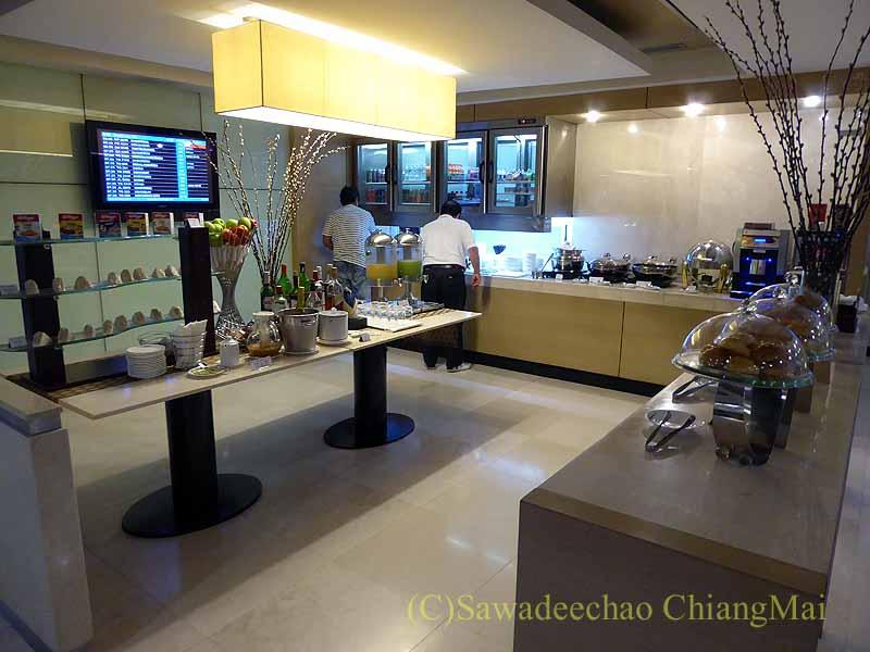 スワンナプーム空港のチャイナエアラインラウンジの飲食物コーナー概観