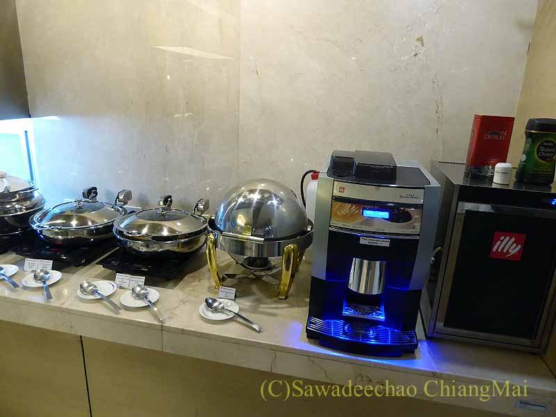 スワンナプーム空港のチャイナエアラインラウンジの料理コーナー