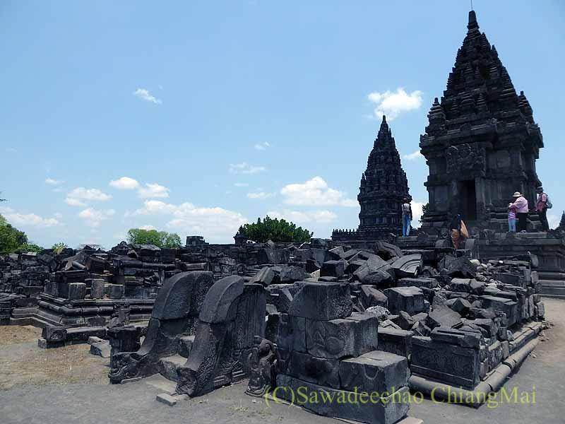 インドネシアのプランバナンのロロジョングラン寺院遺跡の瓦礫