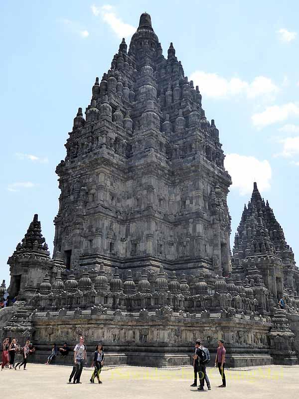 インドネシアのプランバナンのロロジョングラン寺院遺跡のシバ寺院