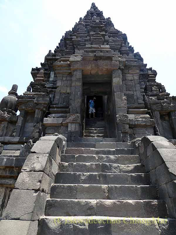 インドネシアのプランバナンのロロジョングラン寺院遺跡のシバ寺院の階段
