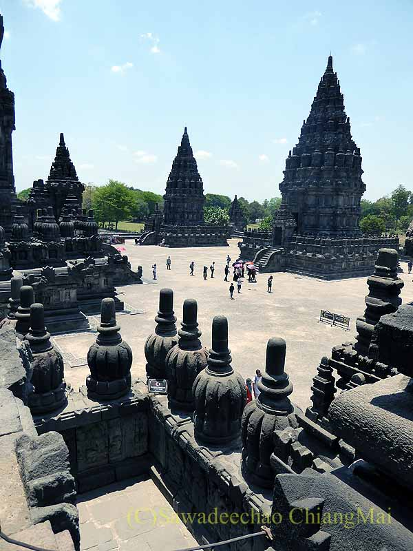 インドネシアのプランバナンのロロジョングラン寺院遺跡の尖塔群概観