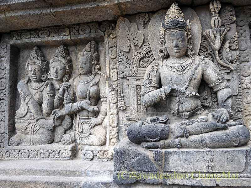 インドネシアのプランバナンのロロジョングラン寺院遺跡の石彫壁