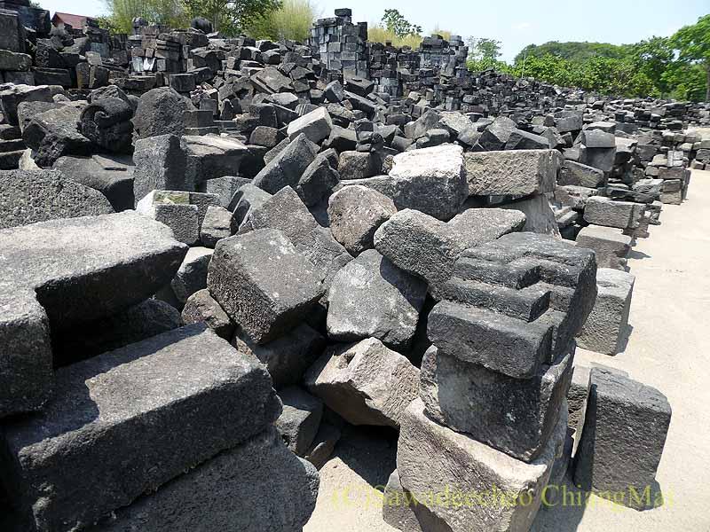 インドネシアのプランバナンのセウ寺院遺跡の瓦礫