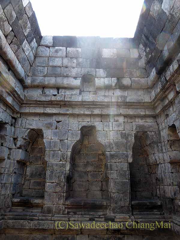 インドネシアのプランバナンのルムブン寺院遺跡の中央寺院内部