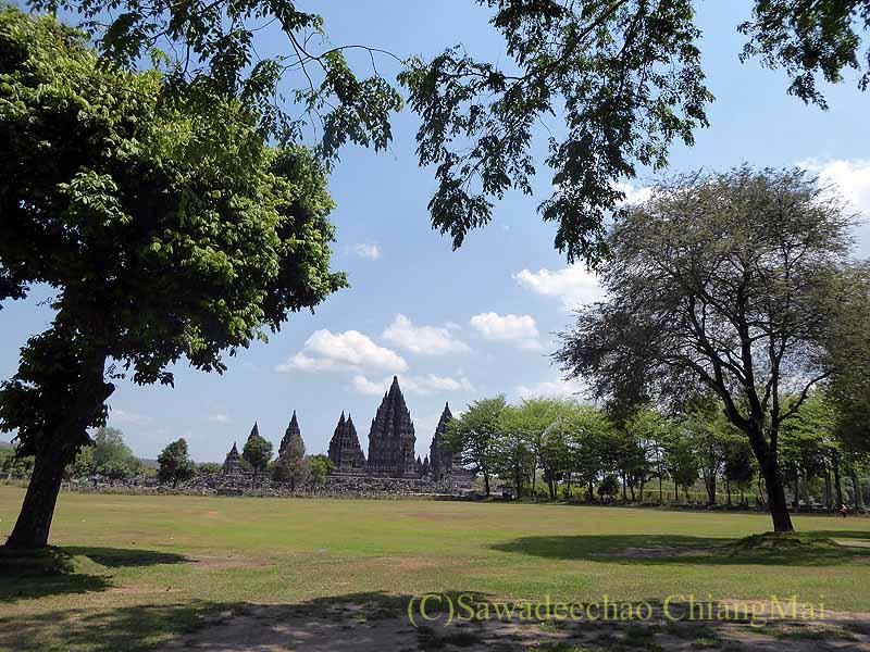 インドネシアの世界遺産ヒンドゥー教寺院遺跡群プランバナン遠景
