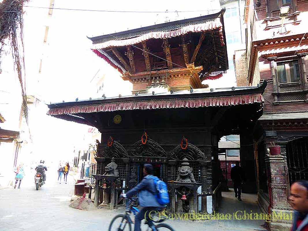 ネパール、パタンの旧市街の小さな寺院