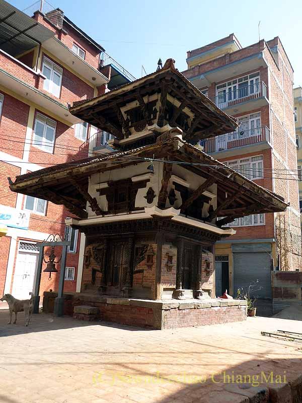 ネパール、パタンの旧市街の小さなヒンドゥー寺院