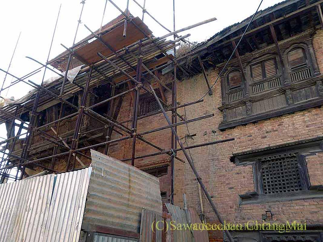 ネパール、パタンの旧市街の地震で傷んだ建築物