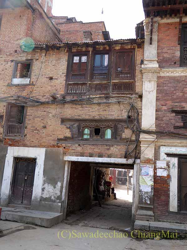 ネパール、パタンの旧市街にあるバハルに通じる小道