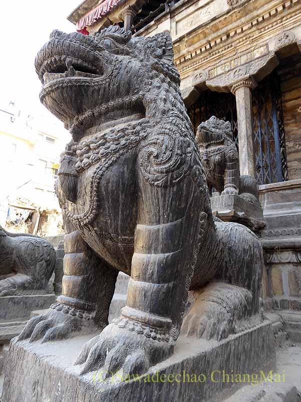 ネパール、パタンの旧市街の小さな寺院の獅子