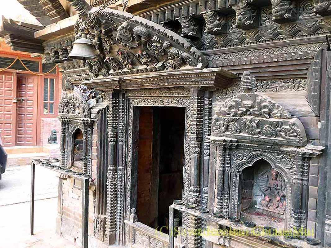 ネパール、パタンの旧市街の小さな寺院の入口
