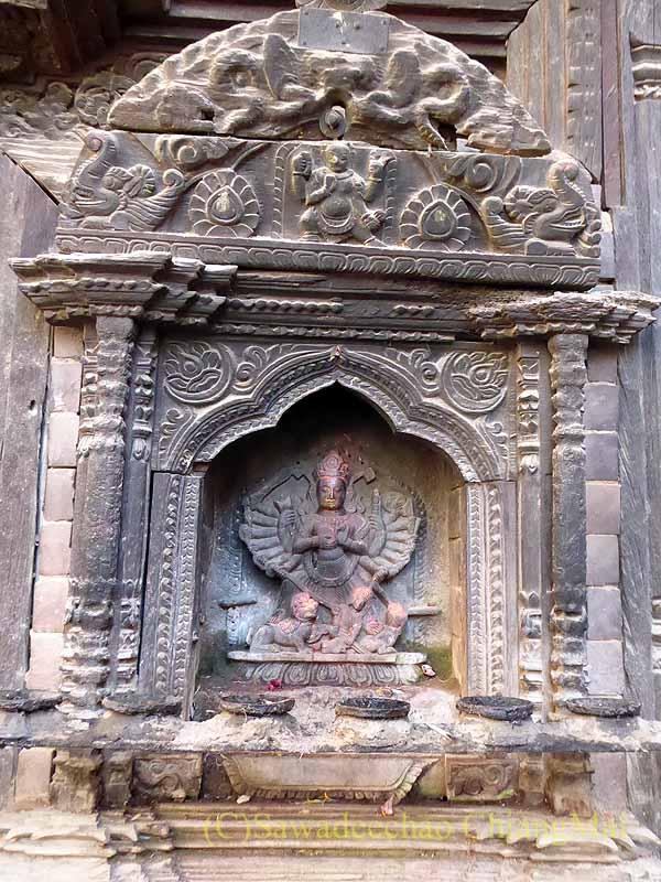 ネパール、パタンの旧市街の小さな寺院の入口の石像板