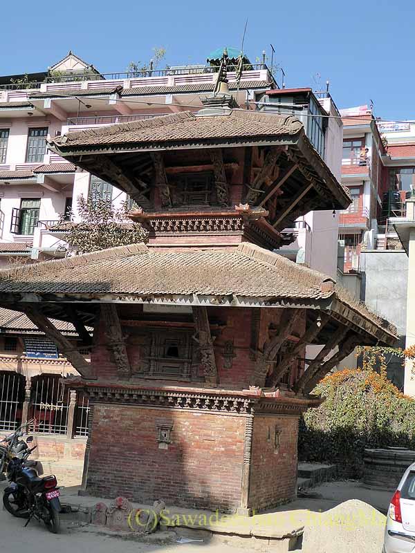 ネパール、パタンの旧市街の小さな三重塔祠