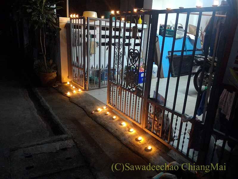 チェンマイでイーペン(ローイクラトン)の夜に灯篭を並べた家