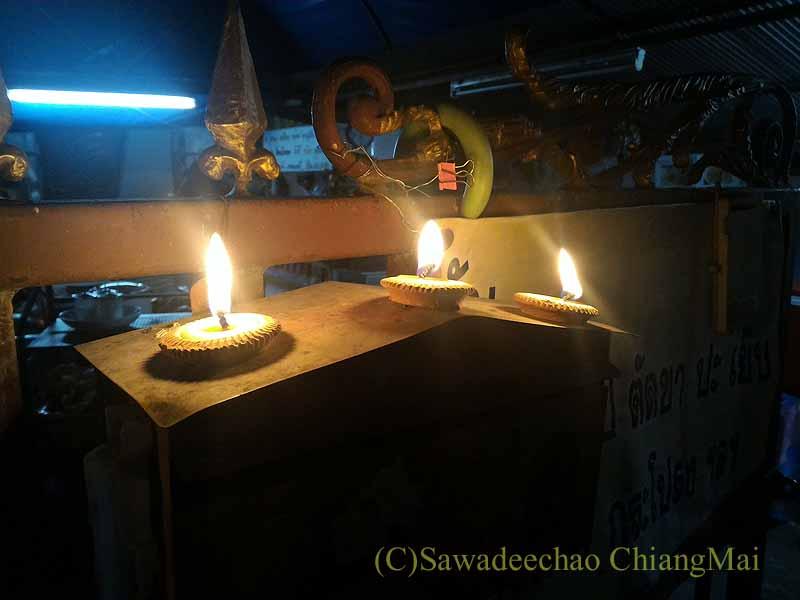 チェンマイでイーペン(ローイクラトン)の夜にポストの上に灯篭を並べた家