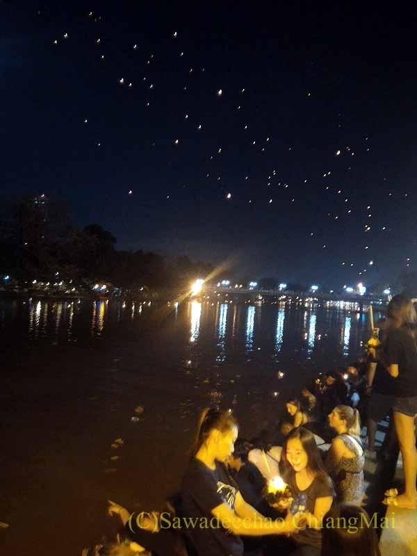 チェンマイのイーペン(ローイクラトン)のピン川での灯篭流し