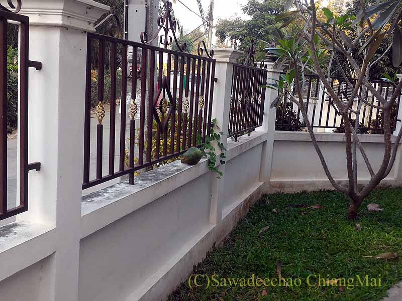 チェンマイの自宅の塀と道路概観