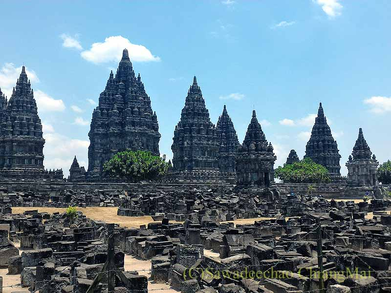インドネシアのプランバナンのロロジョングラン寺院遺跡概観