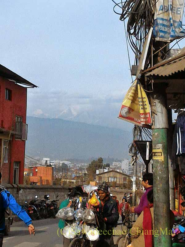ネパール、パタンの旧市街から見たヒマラヤ山脈