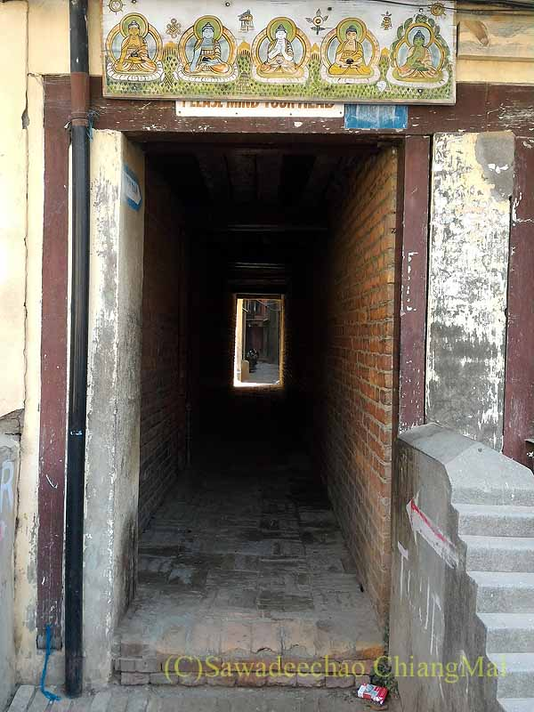 ネパール、パタンの旧市街にあるバハルに通じる路地