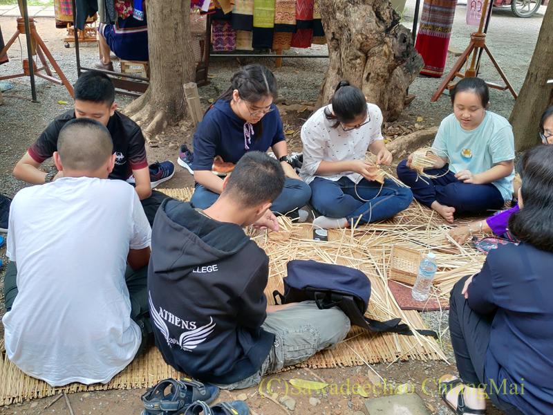 チェンマイのラーンナー智慧の学校定期市のワークショップの生徒