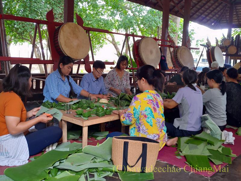 チェンマイのラーンナー智慧の学校定期市のワークショップの作業