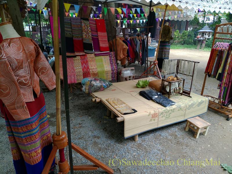 チェンマイのラーンナー智慧の学校定期市の民族衣装店