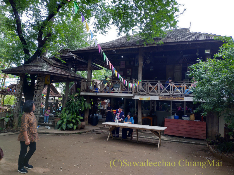 チェンマイのラーンナー智慧の学校定期市のワークショップの民家