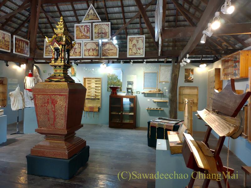 チェンマイのラーンナー智慧の学校定期市の博物館内部