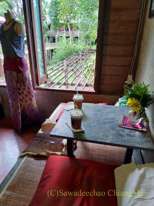 チェンマイのラーンナー智慧の学校定期市のカフェのシート