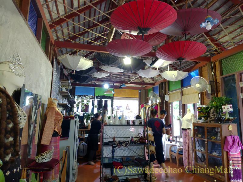 チェンマイのラーンナー智慧の学校定期市のカフェ