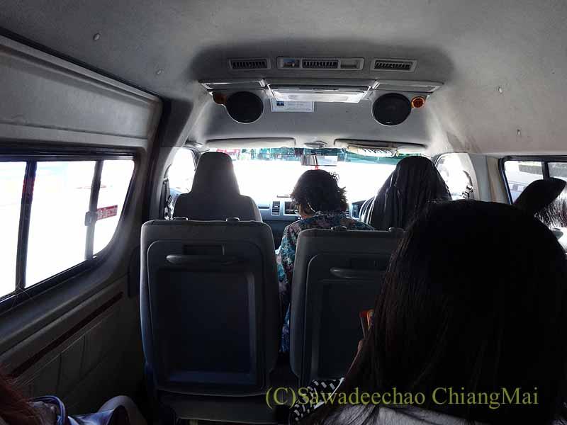 ハジャイからソンクラーへの乗り合いワンボックスカーの内部