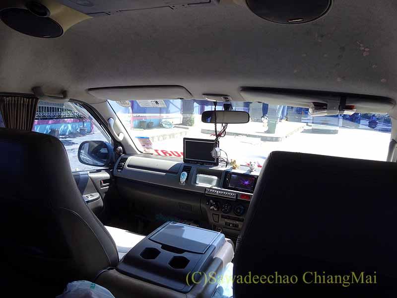 ハジャイからソンクラーへの乗り合いワンボックスカーの運転席