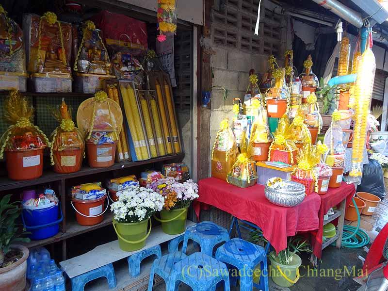 チェンマイの名刹ワットチェットヨートの前にある供物屋