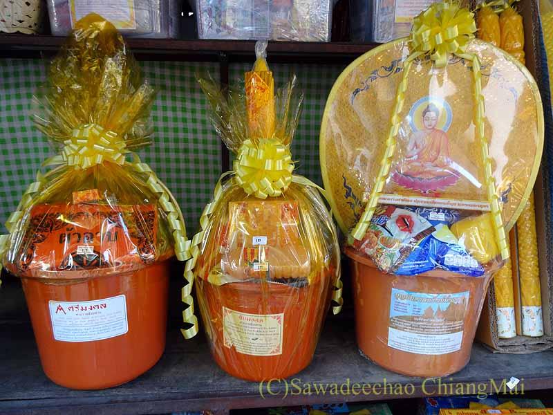 チェンマイの名刹ワットチェットヨートの前にある供物屋の供物
