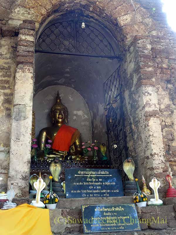 チェンマイの名刹ワットチェットヨートの古い本堂の仏像