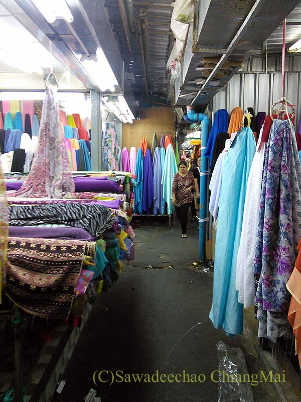 バンコクのパフラット(インド人街)の市場の布屋