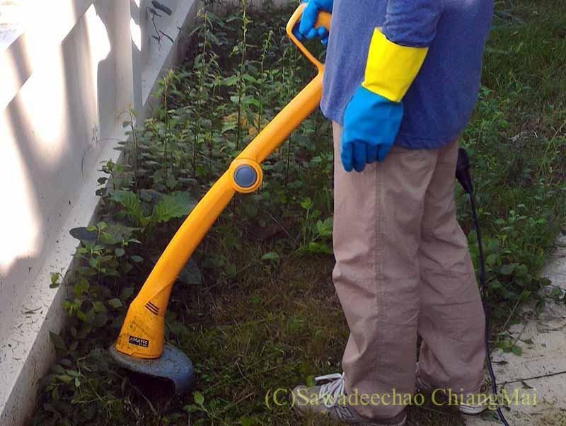 チェンマイの自宅の庭の草刈り作業