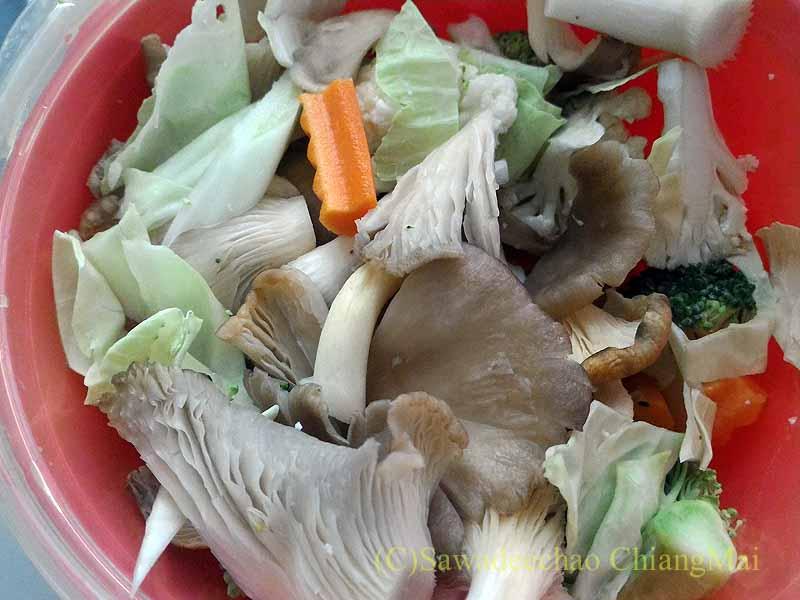 野菜スープが簡単に作れる「レンジで野菜スープ」へ材料投入