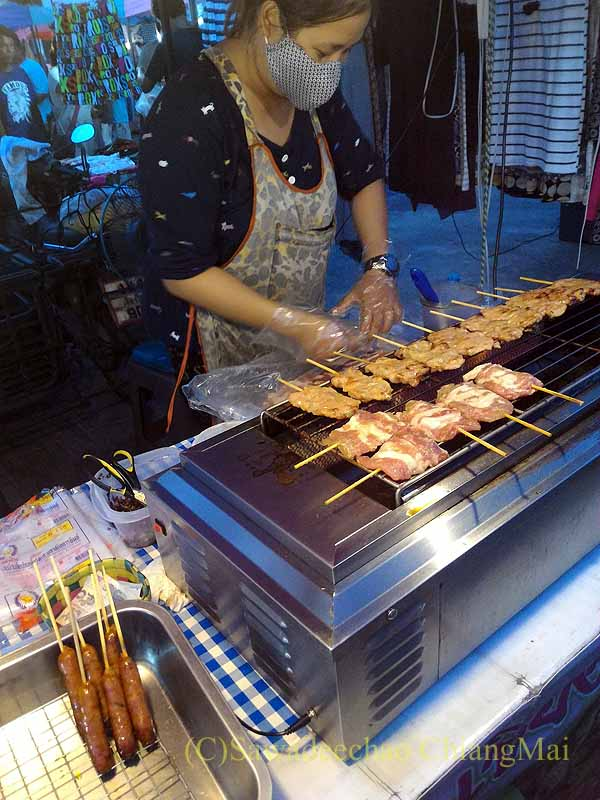 チェンマイ郊外で開催れる定期市の焼きルークチンの店