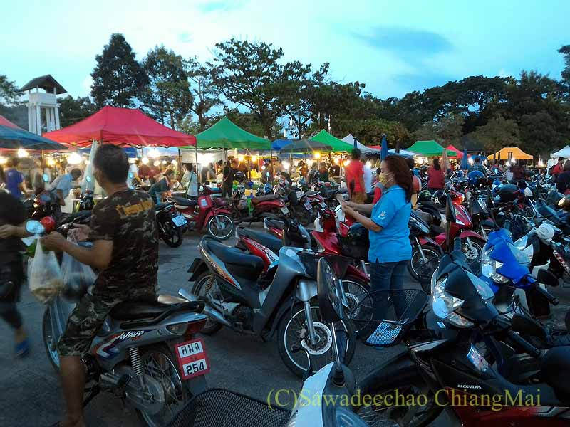チェンマイ郊外で開催れる定期市のバイク駐輪場